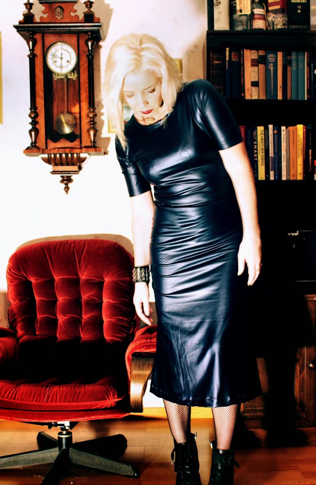 093e6f59c1fb Till denna klänning sydde jag en blå medaljonghalsband av sammet.