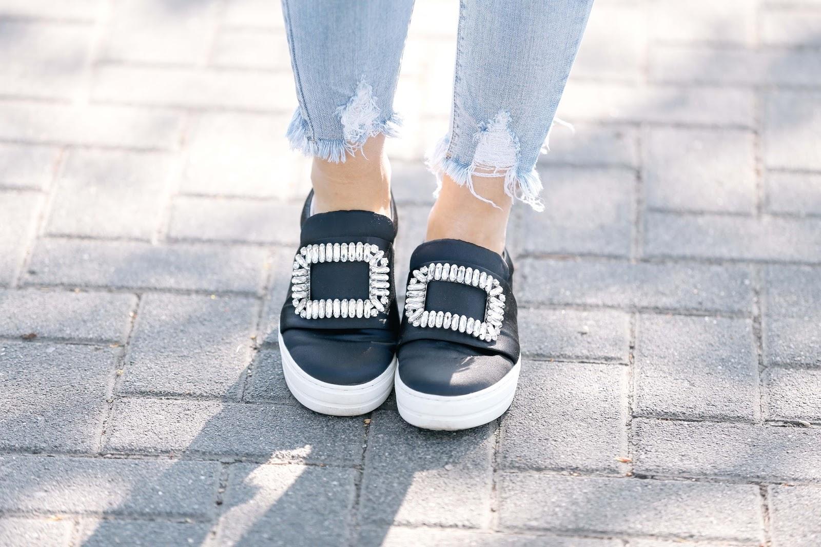 schuhe-mit-einer-brosche-schuhtrend-schwarze-sneaker-bloggertrend