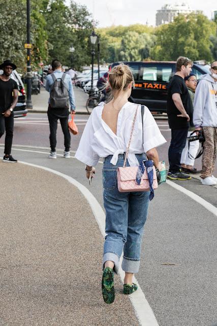 Camisa hacia atrás street style