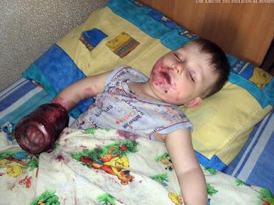 Witziges Kind schläft Abends im Bett mit Marmeladen Glas