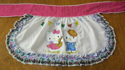 avental de vestido junino com pintura de hello kitty
