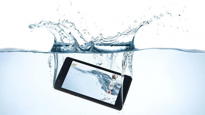 Cara menyelamatkan handphone yang jatuh ke air saat travelling