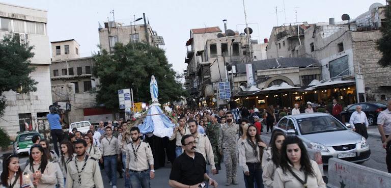 Procissão de Nossa Senhora de Lourdes, na Damasco bombardeada, Síria