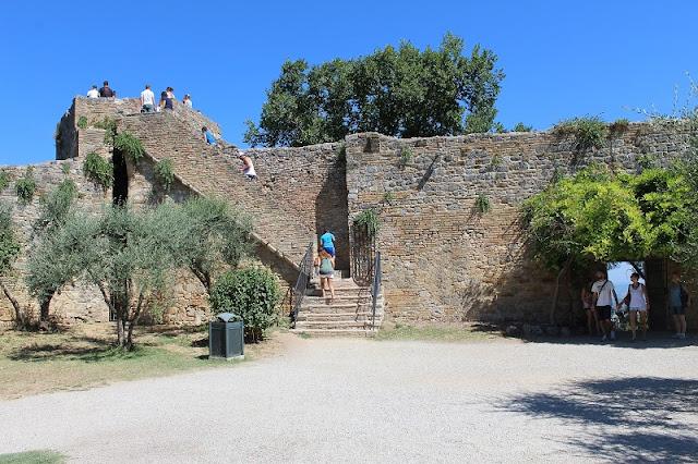 Turistas visitando a Rocca di Montestaffoli em San Gimignano
