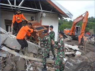 TNI Bantu Korban Banjir Bandang Bener Meriah
