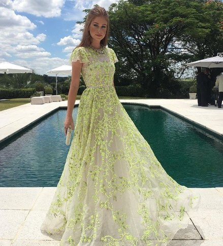 Já como convidada de um casamento em Trancoso optou por este modelo verde  claro. 457993d5fa6