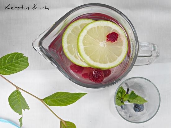 Infused Water mit gefrorenen Früchten