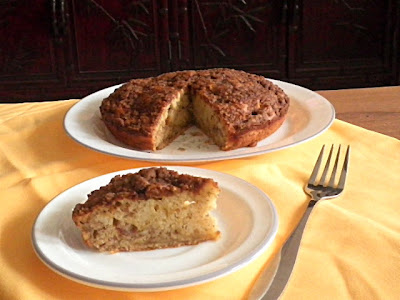 Banana Crumb Cake Recipe @ treatntrick.blogspot.com