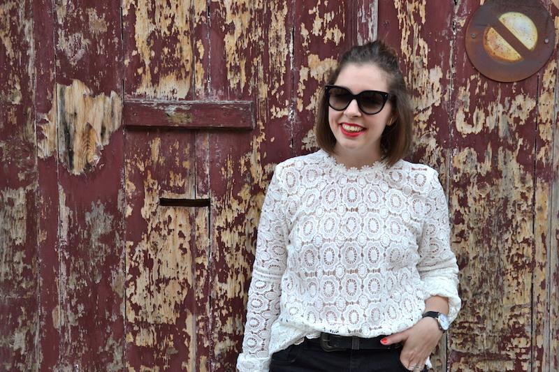 blouse blanche en dentelle Sheisinde, short noir Pimkie, Sandales Pull and Bear, clubmaster