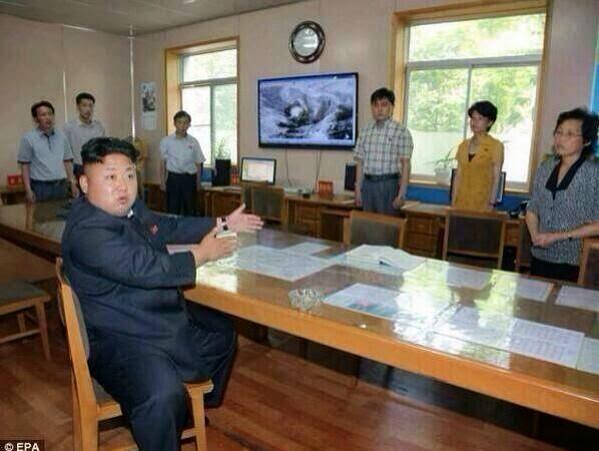 لن تصدق من هؤلاء الأشخاص الذين يقفون أمام رئيس كوريا الجنوبية ولماذا هو غضبان هكذا وماذا فعل فيهم !!