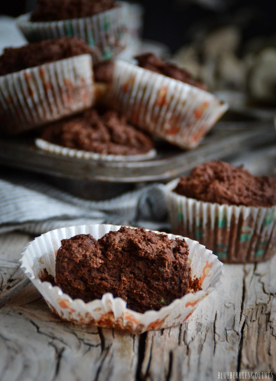 Bandeja metálica retro de muffins, paño cocina de lino gris,plato y taza de cerámica para café, fondo oscuro, luz de vela, ramas secas eucalipto