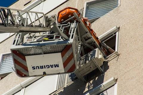 Nem mindennapi akció: fekvő beteget emeltek le 8. emeleti lakásból a fővárosi tűzoltók