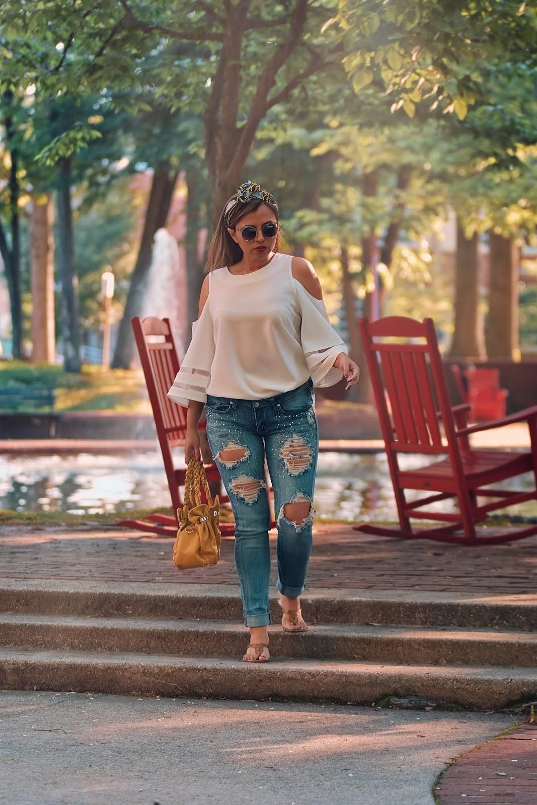 Outfit De Jeans Usando Una Blusa Blanca-mariestilo-fashionblogger-streetstyle-outfit con jeans-la camisa blanca-outfit con camisa blanca-dcblogger-jeans con perlas-pañuelos en el cabello-marisolflamenco-