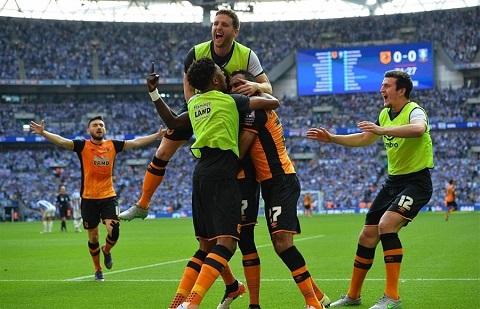 Pha ăn mừng chiến thắng ngay trên sân đấu của Hull City