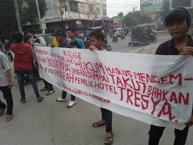 Demonstran yang menunutut Hotel Tresya di Tanjungbalai ditutup.