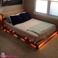 cama iluminada hecha con palets