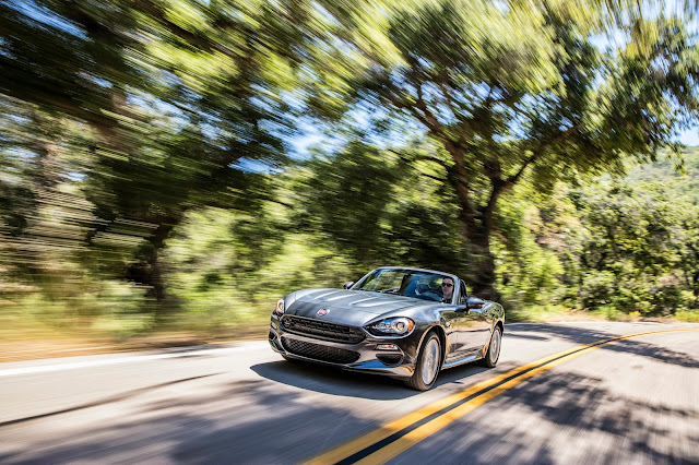 Front 3/4 view of 2017 Fiat 124 Spider Lusso