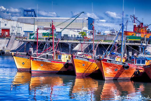 Reflejos de 4 lanchas ancladas en Pto.Mar del Plata.