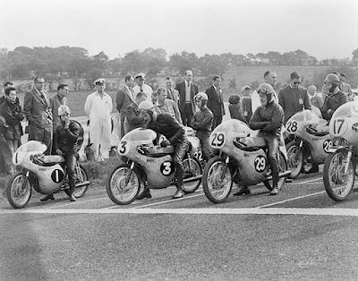 Sejarah MotoGP     Kejuaraan dunia untuk balap motor pertama kali diselenggarakan oleh Fédération Internationale de Motocyclisme (FIM), pada tahun 1949. Pada saat itu secara tradisional telah diselenggarakan beberapa balapan di tiap even untuk berbagai kelas motor, berdasarkan kapasitas mesin, dan kelas untuk sidecars (motor bersespan). Kelas-kelas yang ada saat itu adalah 50 cc, 125 cc, 250 cc, 350 cc, dan 500 cc untuk motor single seater, serta 350 cc dan 500 cc untuk motor sidecars. Memasuki tahun 1950-an dan sepanjang 1960-an, motor bermesin 4 tak mendominasi seluruh kelas. Pada akhir 1960- an, motor bermesin 2 tak mulai menguasai kelas-kelas kecil. Pada tahun 1970-an motor bermesin 2 tak benar-benar menyingkirkan mesin-mesin 4 tak. Pada tahun 1979, Honda berusaha mengembalikan mesin 4 tak di kelas puncak dengan menurunkan motor NR500, namun proyek ini gagal, dan pada tahun 1983 Honda bahkan meraih kemenangan dengan motor 500 cc 2 tak miliknya. Pada tahun 1983, kelas 350 cc akhirnya dihapuskan. Kelas 50 cc kemudian digantikan oleh kelas 80 cc pada tahun 1984, tetapi kelas yang sering didominasi oleh pembalap dari Spanyol dan Italia ini akhirnya ditiadakan pada tahun 1990. Kelas sidecars juga ditiadakan dari kejuaraan dunia