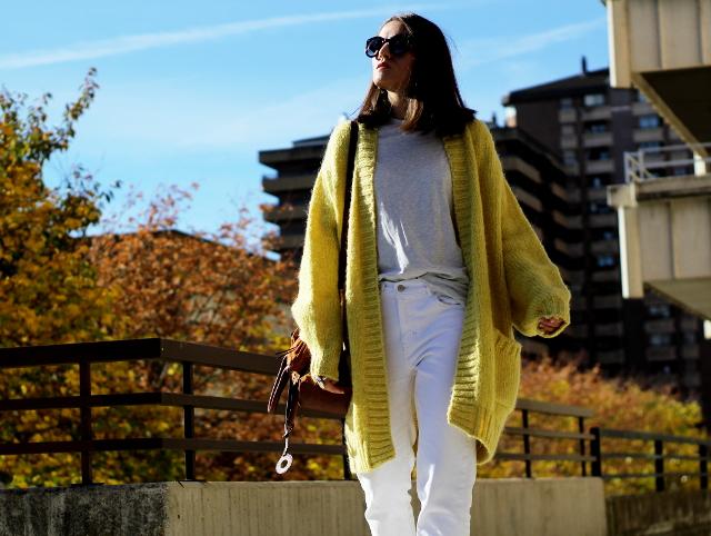 Amarillo y blanco