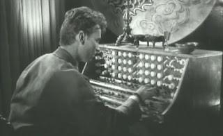 Escena del film Das Dritte Geschlecht de Veit Harlan en el que aparece el Mixturtrautonium de Oskar Sala interpretado por uno de los actores