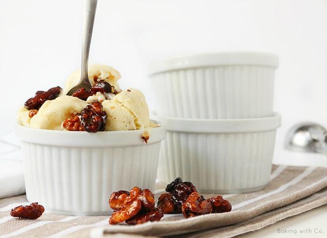 helado de vainilla con nueces caramelizadas