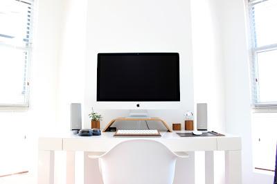 Mesa de trabajo ordenada e impoluta