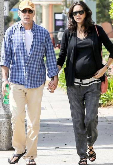 Foto de Bruce Willis caminado por la calle con Emma Heming