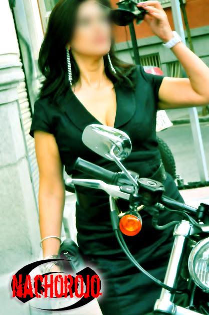 escort milf junto a moto por el paseo de la castellana