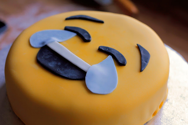 Emoji Cake tutorial, what better way to celebrate a birthday than with a happy emoji cake!! www.goodfoodshared.blogspot.com