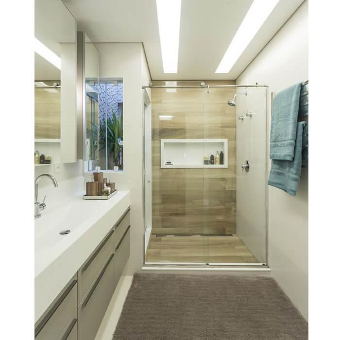 Bagno con doccia nella nicchia con anta scorrevole trasparente