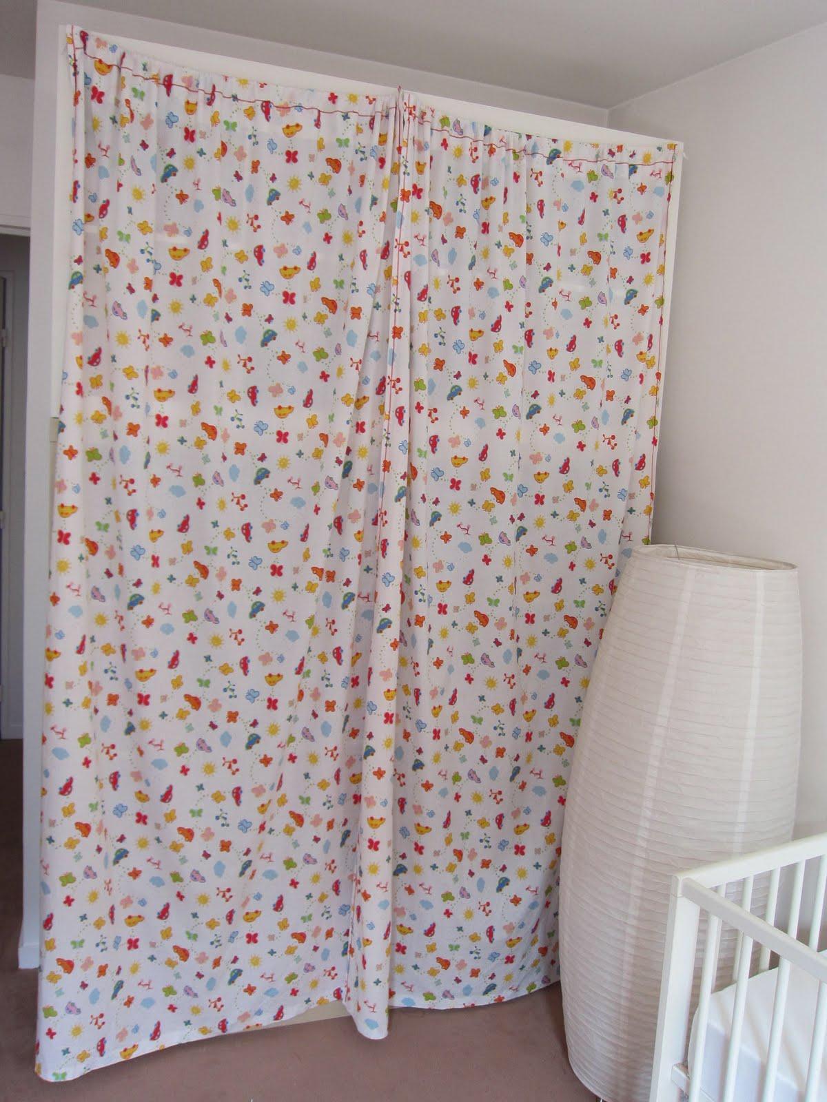 maman parisienne rideaux pour cacher la biblioth que expedit de la chambre de b b. Black Bedroom Furniture Sets. Home Design Ideas