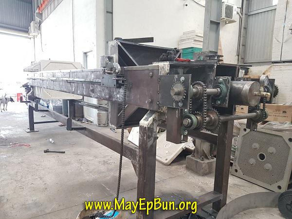 Hệ thống truyền động của máy ép bùn khung bản sản xuất tại Việt Nam đang được chế tạo