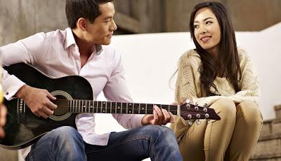 Swoon-Worthy Romantic Words man play guitar for woman girlfriend girl love romance sing