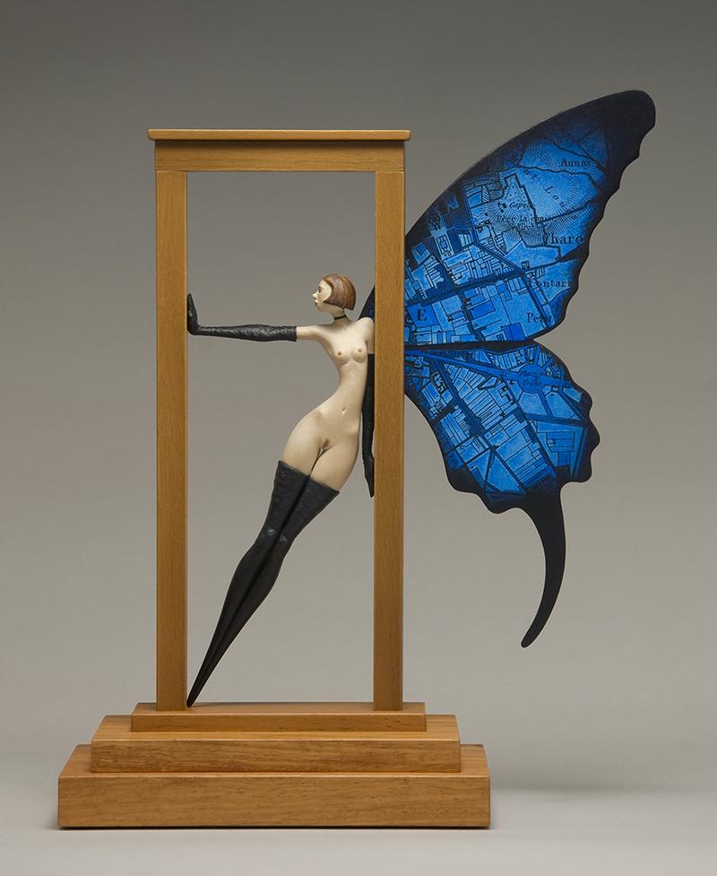 Mujer desnuda con alas de mariposa y mapa
