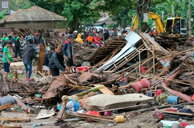 В Індонезії цунамі змило музикантів зі сцени - відео
