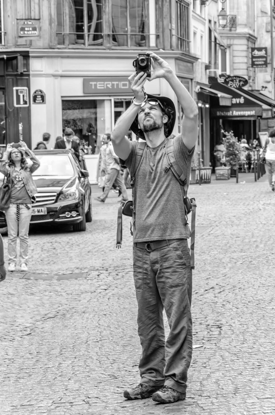 Homem parado fotografando Paris
