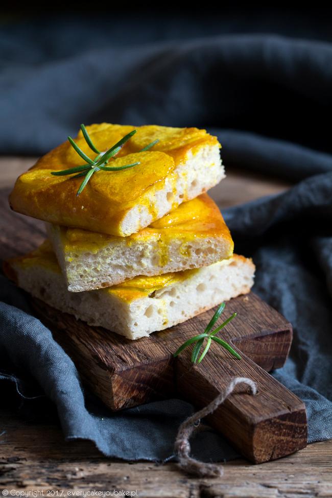 włoski chleb focaccia z ziemniakami i kurkumą
