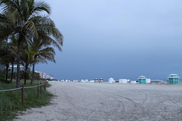 Miamissa rannalla lapsen kanssa