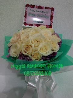 buket tangan mawar putih model bulat