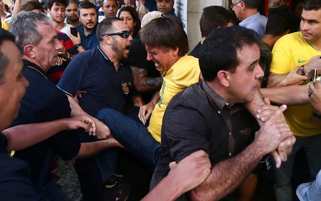 Jair Bolsonaro leva facada durante campanha em Juiz de Fora