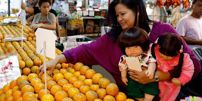 Seorang Ibu Mengajak Boneka Berbelanja - Sekitar Dunia Unik