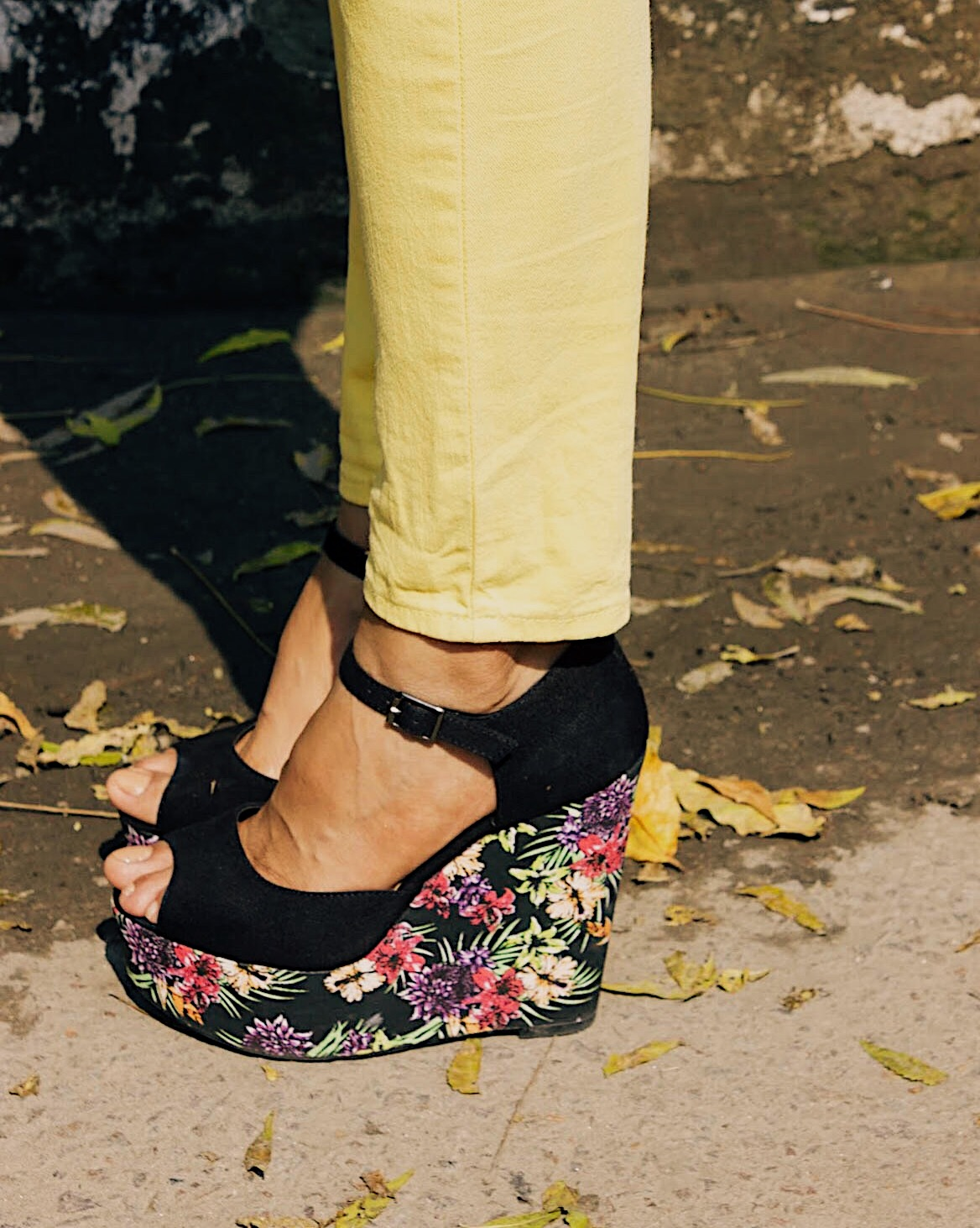 flower child, yellow and black, colours with yellow, taxi outfit, spring look, floral wedges, styling blazer