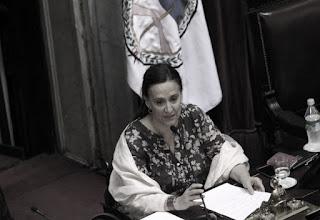 La vicepresidenta Gabriela Michetti volvió a disparar munición gruesa contra la ex presidenta Cristina Fernández de Kirchner, pero evitó pronunciarse sobre la denuncia de que funcionarios del actual gobierno se hayan beneficiado comprado dólares a futuro antes de la devaluación de diciembre.