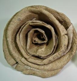 http://manualidadesreciclables.com/15574/como-hacer-rosas-de-carton