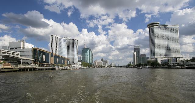 Grattacieli sul fiume Chao Phraya a Bangkok