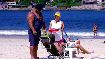 Pitoco e Delurdes na praia (Divulgação/SBT)