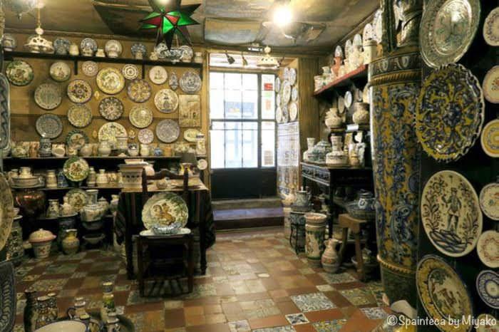 Antigua Casa Talaveraグランビア通りの裏路地にある陶器専門店