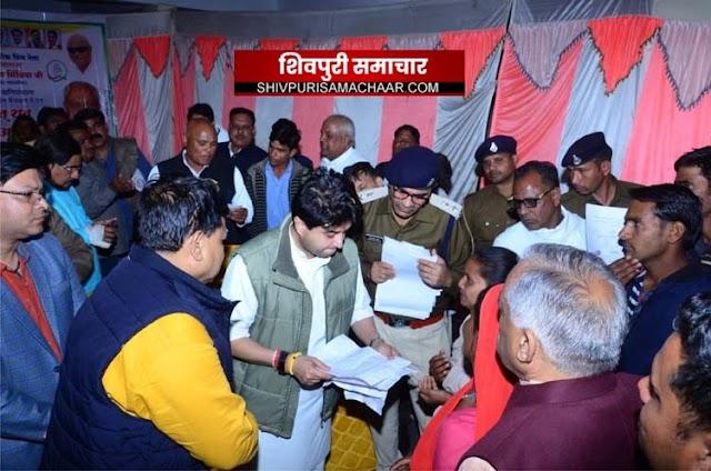 प्रभारी मंत्री, शिक्षा मंत्री, महिला बाल विकास मंत्री और पूर्व केंद्रीय मंत्री ने एक साथ सुनी जनता की समस्याएँ | Shivpuri News