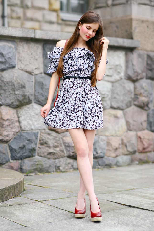 czarno-biała sukienka w kwiaty z falbaną stylizacja